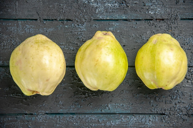 Bovenaanzicht verse kweeperen zacht en zuur fruit op donkere bureau rijpe foetus verse boom zure plant