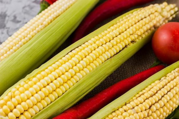 Bovenaanzicht verse maïs en tomaten