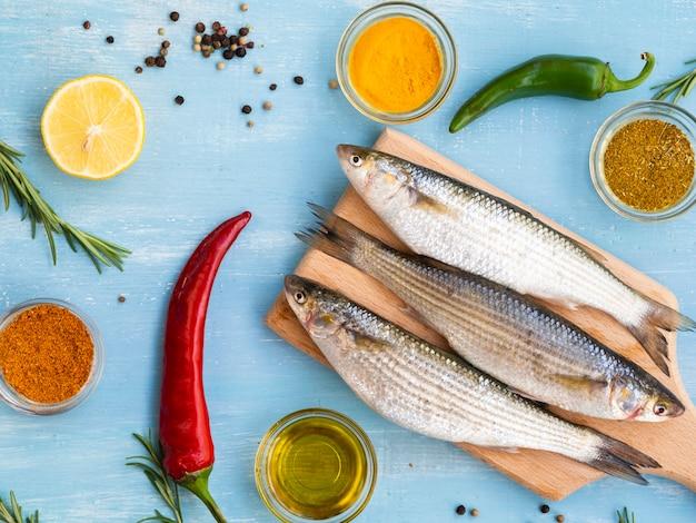 Bovenaanzicht verse makrelen klaar om te worden gekookt