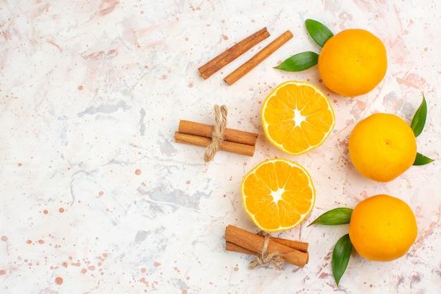Bovenaanzicht verse mandarijnen kaneelstokjes op helder oppervlak met kopie ruimte
