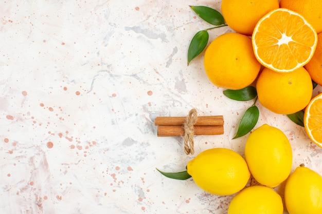 Bovenaanzicht verse mandarijnen sinaasappels kaneel op helder geïsoleerd oppervlak met kopie ruimte