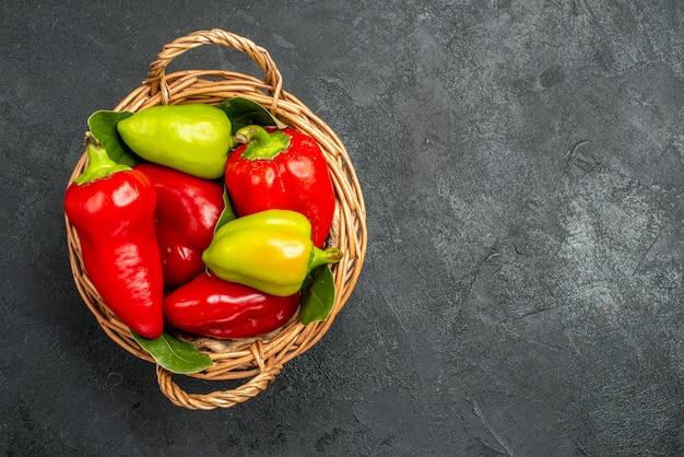 Bovenaanzicht verse paprika in mand