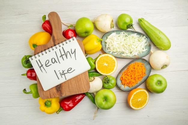 Bovenaanzicht verse paprika met appels op witte achtergrond kleur salade gezond leven rijp dieet