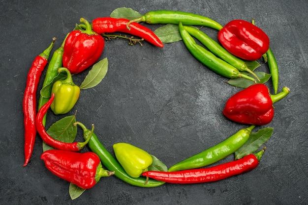 Bovenaanzicht verse paprika met pikante pepers
