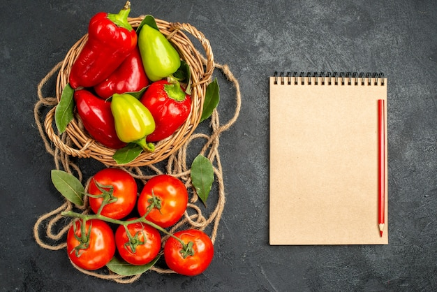 Bovenaanzicht verse paprika met rode tomaten