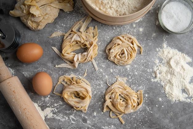 Bovenaanzicht verse pasta met ingrediënten rond