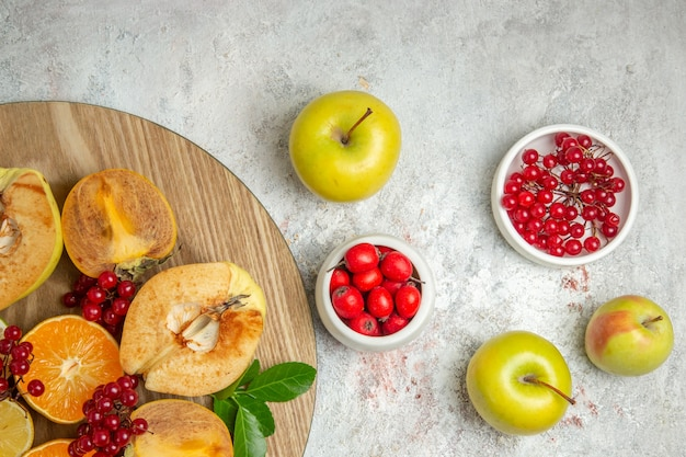 Bovenaanzicht verse peren met ander fruit op een lichtwitte tafel rijp fruit zacht vers