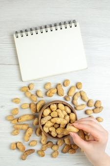 Bovenaanzicht verse pinda's op witte tafel
