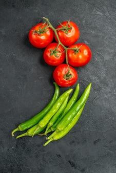 Bovenaanzicht verse pittige paprika's met rode tomaten