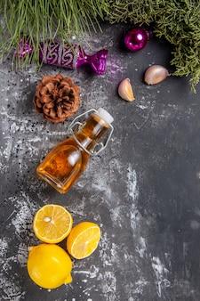 Bovenaanzicht verse plakjes citroen met olie