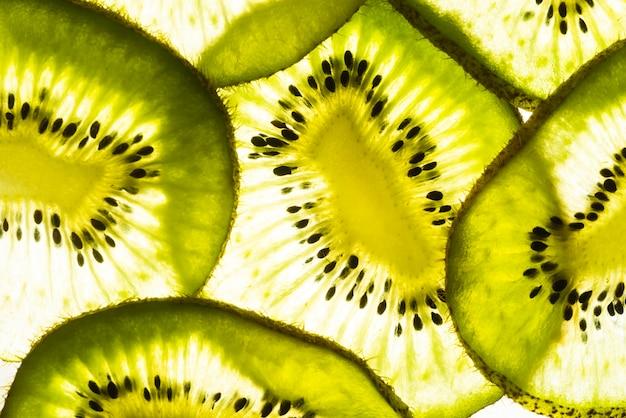 Bovenaanzicht verse plakjes kiwi