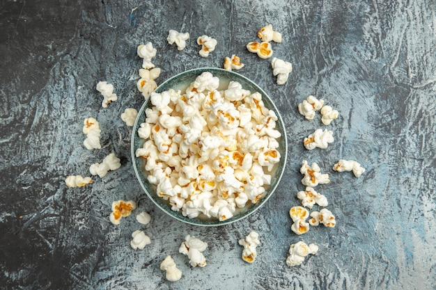 Bovenaanzicht verse popcorn op lichte ondergrond