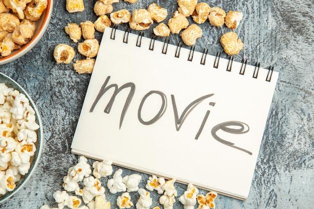 Bovenaanzicht verse popcorn zoete en zoute snacks op licht bureau
