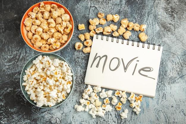 Bovenaanzicht verse popcorn zoete en zoute snacks op lichte ondergrond