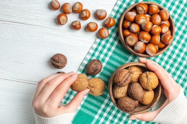 Bovenaanzicht verse rauwe hazelnoten met walnoten op witte tafel snack plant voedsel noten pistachenoten