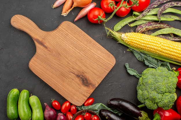 Bovenaanzicht verse rijpe groenten samenstelling op grijs bureau