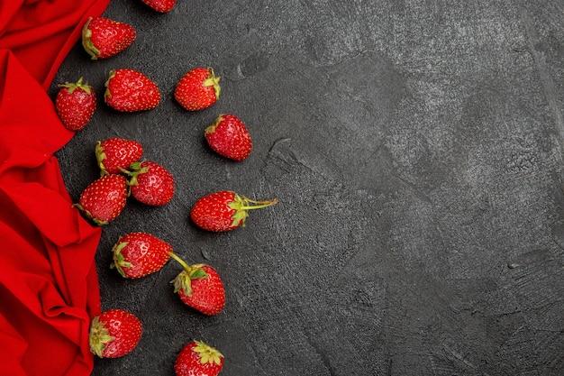Bovenaanzicht verse rode aardbeien op donkere tafel fruit bessen rijp