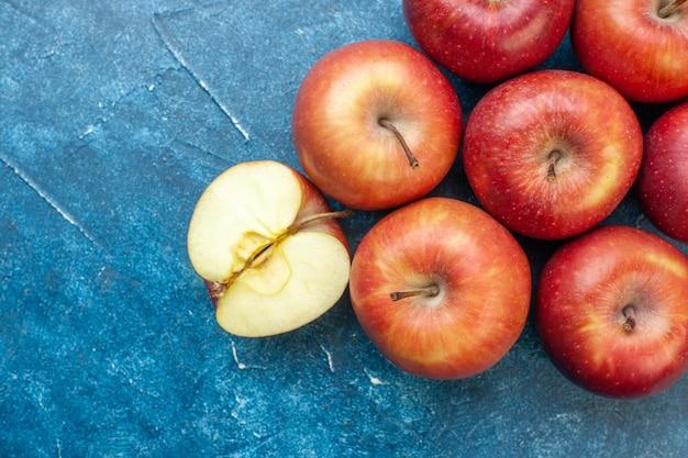 Bovenaanzicht verse rode appels bekleed op de blauwe tafel