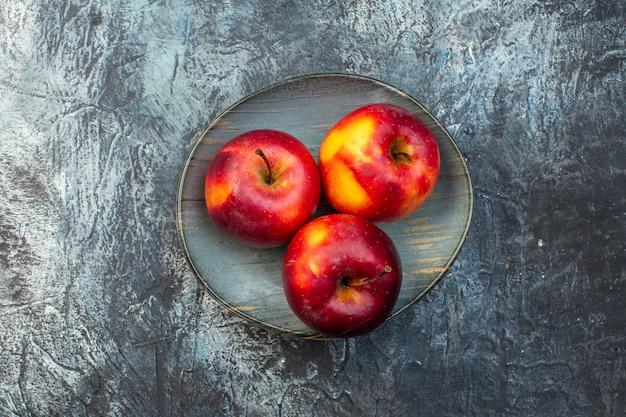 Bovenaanzicht verse rode appels op donkere achtergrond fruit rijp boom foto hout versheid sap kleuren