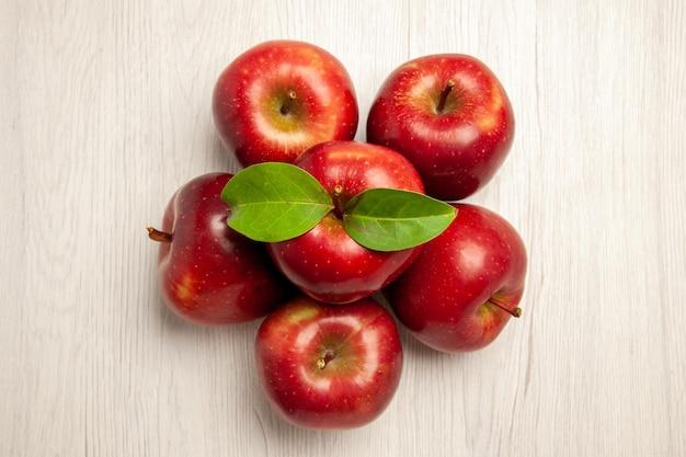Bovenaanzicht verse rode appels zacht en rijp fruit op wit bureau fruit kleur verse plant rode boom