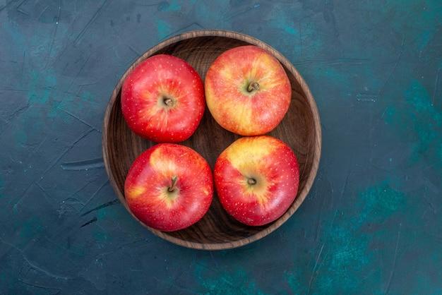 Bovenaanzicht verse rode appels zacht en vers fruit op donkerblauw bureau