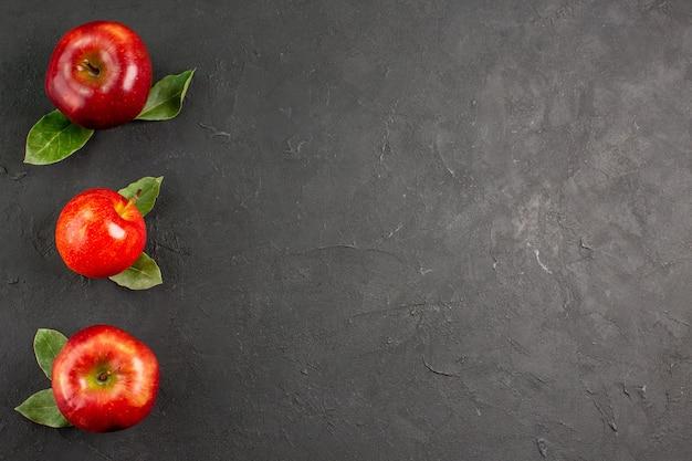 Bovenaanzicht verse rode appels zacht fruit op donkere tafel rijp fruit rode verse boom