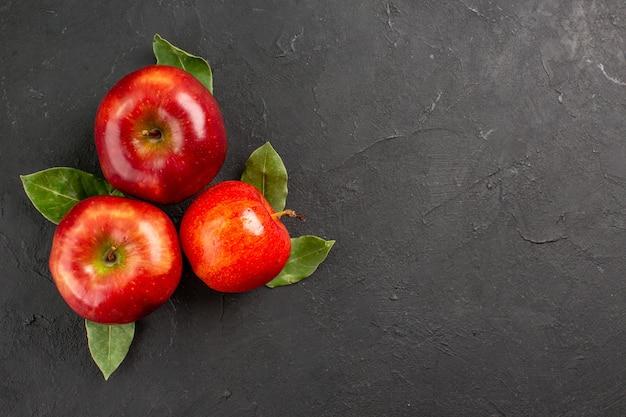 Bovenaanzicht verse rode appels zacht fruit op een donkere tafel rijp fruit rode verse boom
