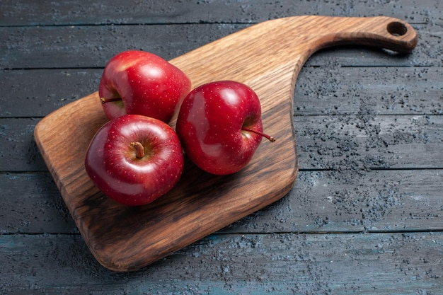 Bovenaanzicht verse rode appels zacht rijp fruit op het donkerblauwe bureau fruitkleur rood plant vitamine vers