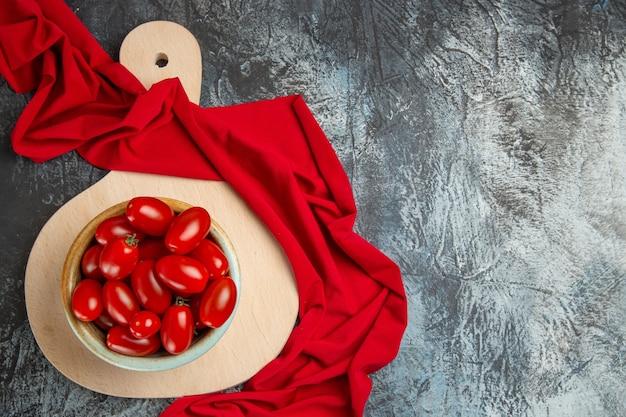 Bovenaanzicht verse rode tomaten in plaat