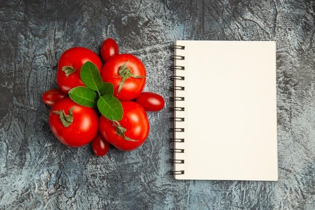 Bovenaanzicht verse rode tomaten met blocnote