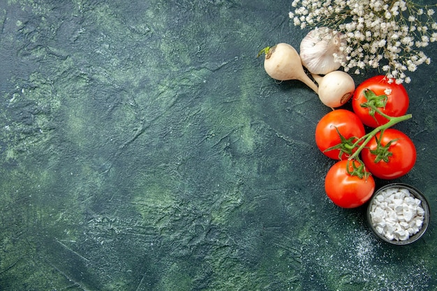 Bovenaanzicht verse rode tomaten met knoflook op donkere achtergrond gezondheid dieet salade maaltijd voedsel kleur foto vrije ruimte