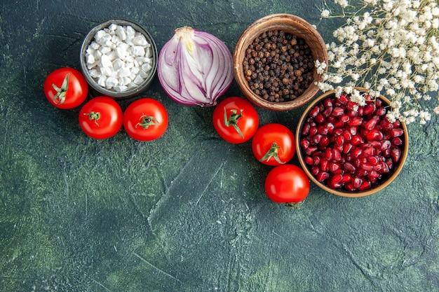 Bovenaanzicht verse rode tomaten met kruiden op een donkere achtergrond gezondheid maaltijd salade voedsel kleur foto dieet