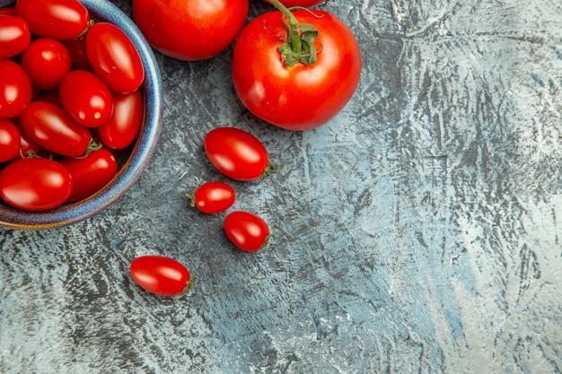 Bovenaanzicht verse rode tomaten op donkere lichte tafelfoto donkere salade gezondheid