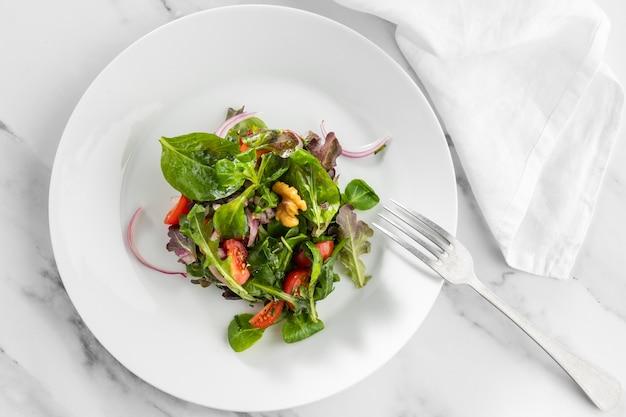 Bovenaanzicht verse salade op witte plaat