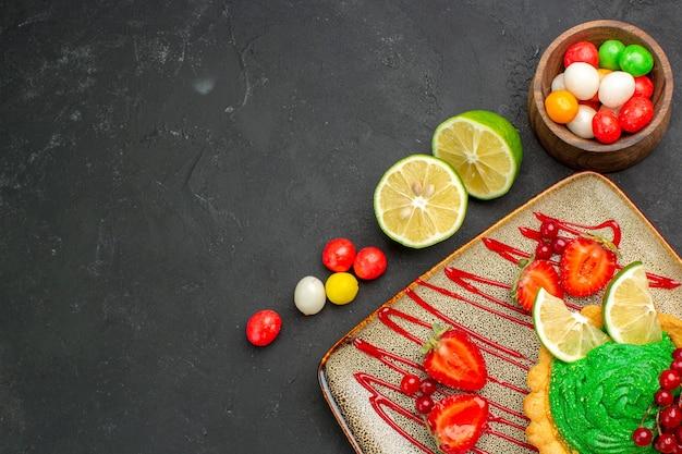 Bovenaanzicht verse schijfjes citroen met snoepjes