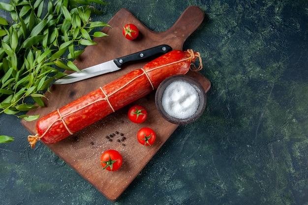 Bovenaanzicht verse smakelijke worst met tomaten op donkere achtergrond voedsel hamburger dier sandwich maaltijd brood broodje kleur vlees