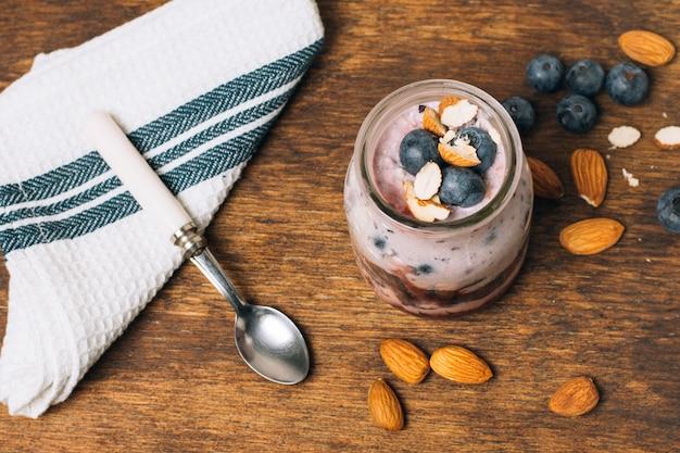 Bovenaanzicht verse smoothie met bosbessen en amandelen