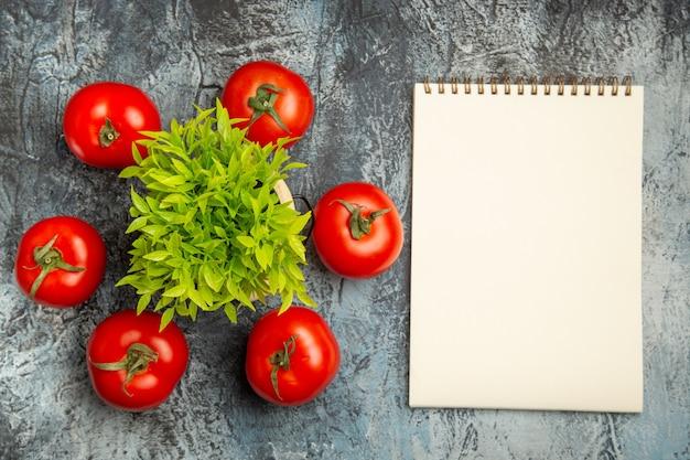 Bovenaanzicht verse tomaten met groene plant