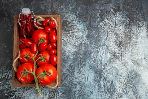 Bovenaanzicht verse tomaten met kersen in doos