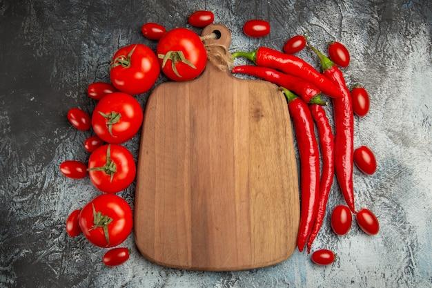 Bovenaanzicht verse tomaten met pittige paprika's