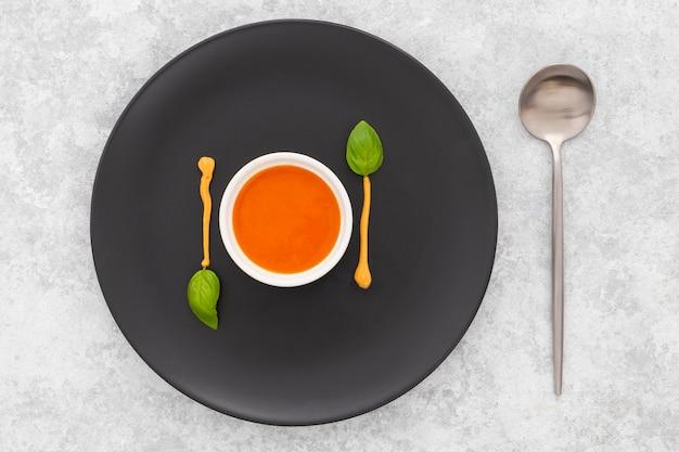 Bovenaanzicht verse tomatensoep klaar om te worden geserveerd