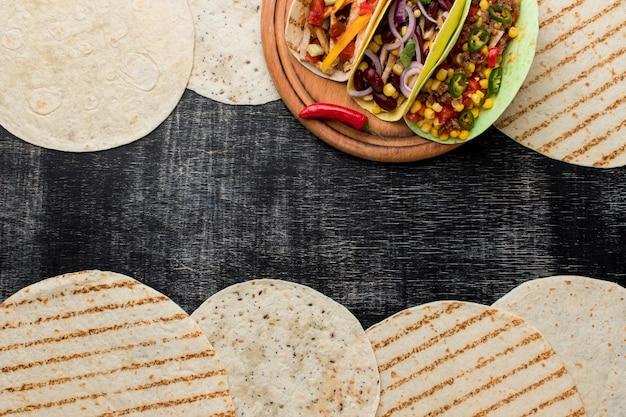 Bovenaanzicht verse tortilla's met mexicaans eten