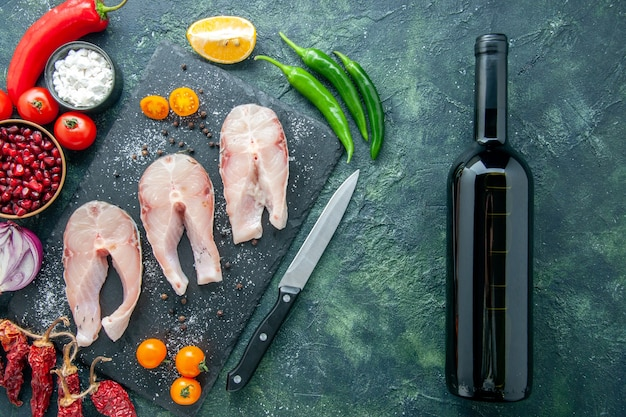 Bovenaanzicht verse vis plakjes op donkere achtergrond schotel salade zeevruchten oceaan vlees zee peper voedsel water maaltijd wijn