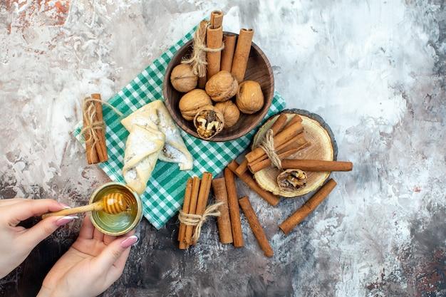 Bovenaanzicht verse walnoten met kaneel en zoet gebak op een witte ondergrond