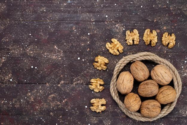 Bovenaanzicht verse walnoten met schelp en schoongemaakt bekleed op bruin
