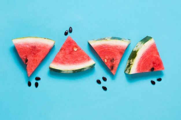 Bovenaanzicht verse watermeloen segmenten op tafel