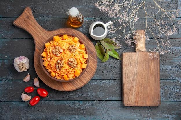 Bovenaanzicht verse wortelsalade met walnoten op de donkere bureaunoot dieet gezondheidssalade plantaardige kleur