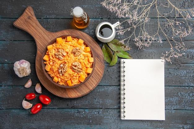 Bovenaanzicht verse wortelsalade met walnoten op donkere bureaunoten dieet gezondheidssalade plantaardige kleur