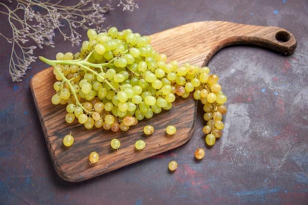 Bovenaanzicht verse zachte druiven op het donkere oppervlak wijn verse druif fruitboom plant rijp