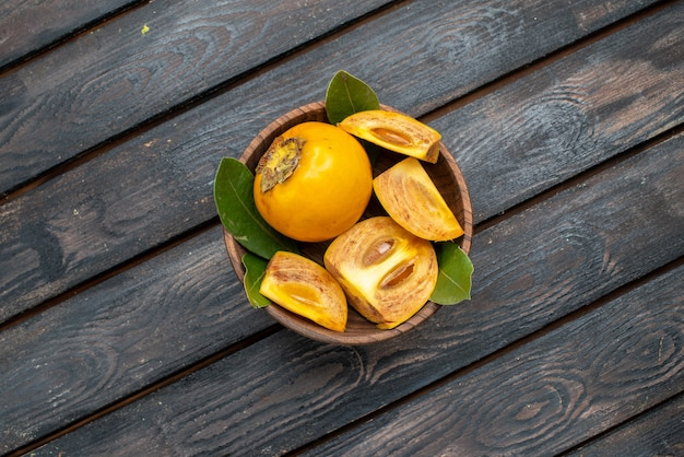 Bovenaanzicht verse zoete kaki op een houten rustieke tafel, zacht fruit gezondheid